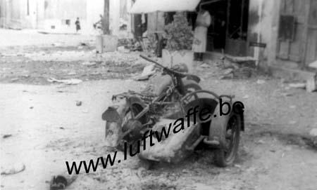 F-49290 Chalonnes. Moto détruite par un char. Mai-juin 40 (WH14)