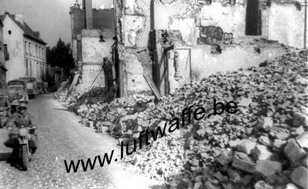 F-59400 Cambrai. Colonne longeant des ruines. Mai 40 (WH1)