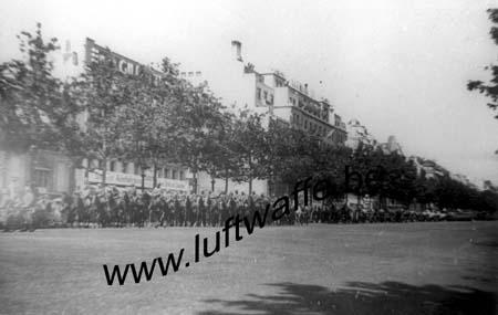 F-75000 Paris. 1942. Défilé sur les Champs Elysées (WH57)
