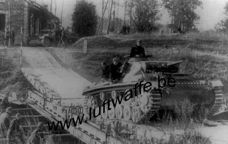 F-Mai-juin 40. Traversée d'un cours d'eau par un Pz.III (WH79)