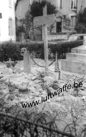 F-Nord de la France. Mai 40. Tombe allemande près d'un monument (B116)