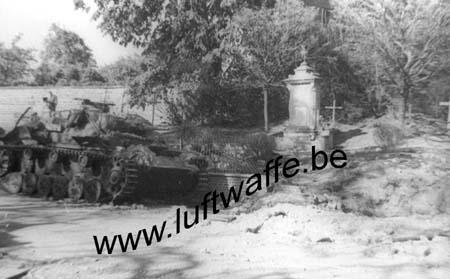 F-Nord de la France. Pz. III détruit près d'un monument (WH1)