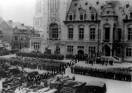F-Octobre 40. Parade dans une ville de France (AR3)