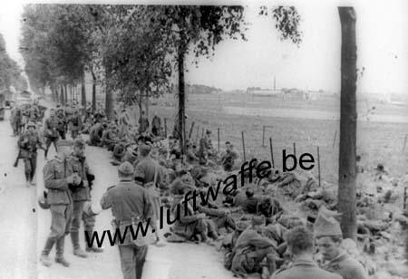 F-59400 Cambrai. PG se reposent sur route de Catillon.Mai 40 (WH14)