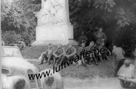 F-59400 Cambrai. Repos devant un monument. Mai 40 (WH14)