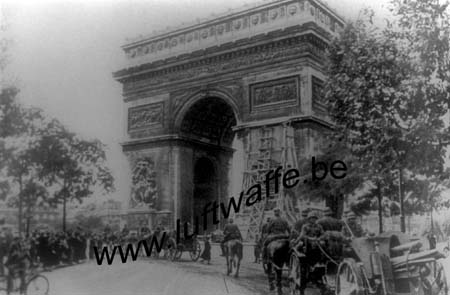 F-75000 Paris. 1940. Artillerie devant l'Arc de Triomphe (WH79)