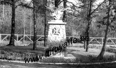 F-02840 Athies. Cimetière. Monument (WL116)