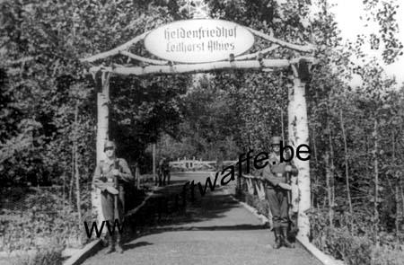 F-02840 Athies. Entrée du cimetière. 1944 (WL116)