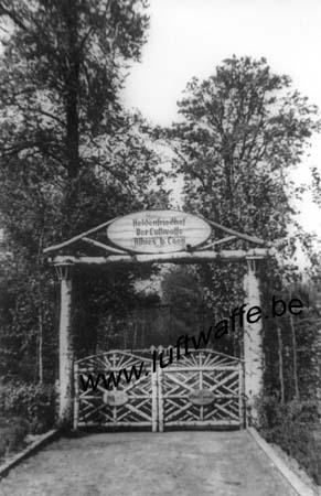 F-02840 Athies. Mai 44. Entrée du cimetière (WL66)
